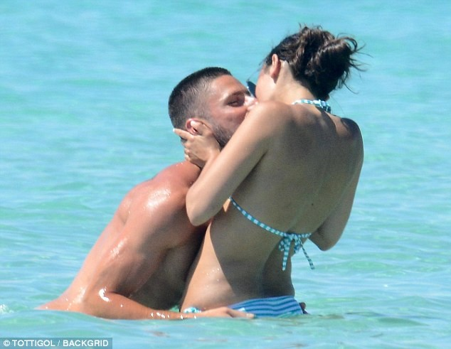Vợ chồng tiền đạo Pháp say sưa diễn 'cảnh nóng' trên biển ảnh 2