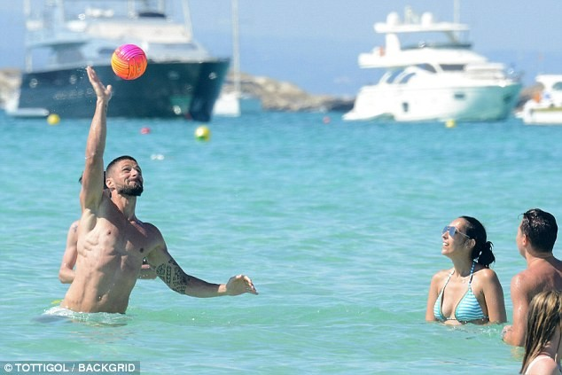 Vợ chồng tiền đạo Pháp say sưa diễn 'cảnh nóng' trên biển ảnh 8