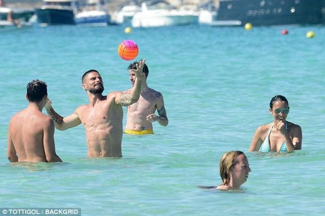 Vợ chồng tiền đạo Pháp say sưa diễn 'cảnh nóng' trên biển ảnh 9
