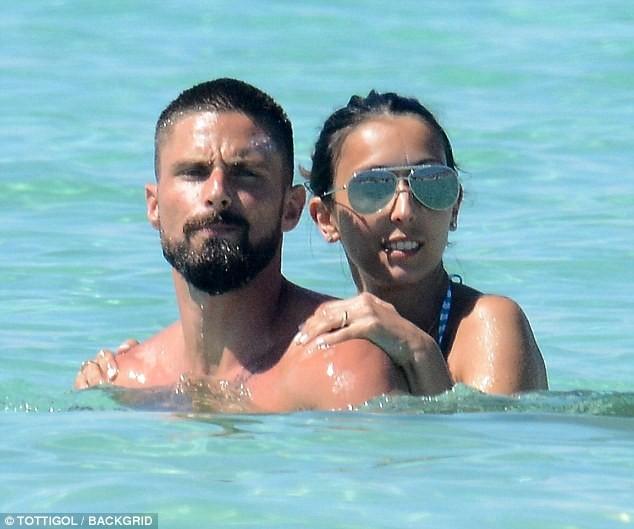 Vợ chồng tiền đạo Pháp say sưa diễn 'cảnh nóng' trên biển ảnh 6