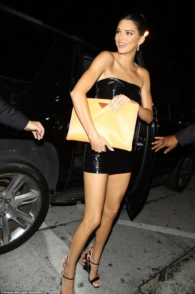 Chị em nhà Kardashian váy ngắn chân dài dự sinh nhật cô út Kylie ảnh 12
