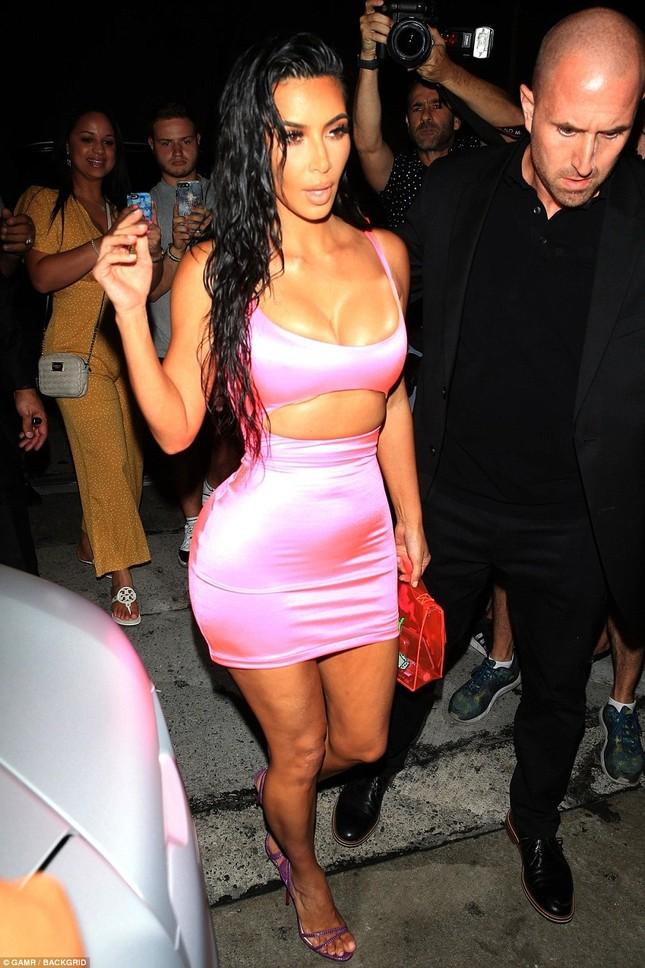 Chị em nhà Kardashian váy ngắn chân dài dự sinh nhật cô út Kylie ảnh 10
