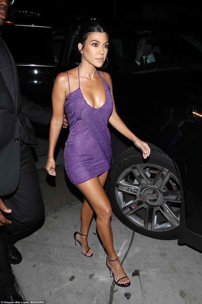 Chị em nhà Kardashian váy ngắn chân dài dự sinh nhật cô út Kylie ảnh 11