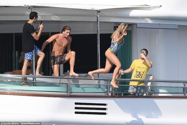 Rita Ora áo tắm rực lửa 'đốt cháy' nắng hè ở Ý ảnh 6