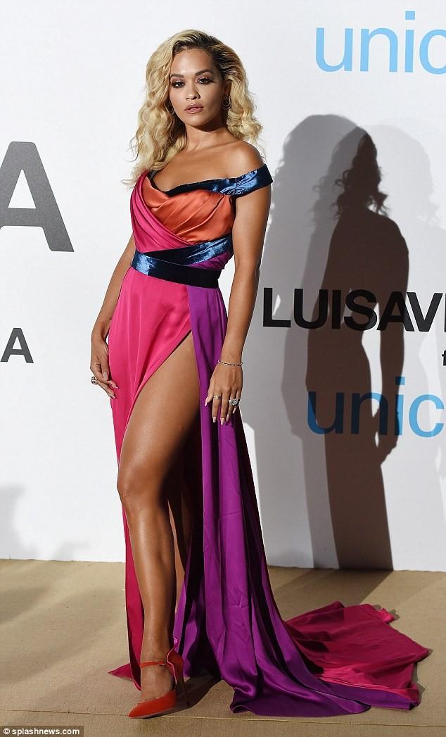 Rita Ora áo tắm rực lửa 'đốt cháy' nắng hè ở Ý ảnh 8