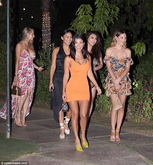 Chị cả nhà Kardashian: 39 tuổi, sinh 3 con vẫn trẻ đẹp hơn các em gái ảnh 3