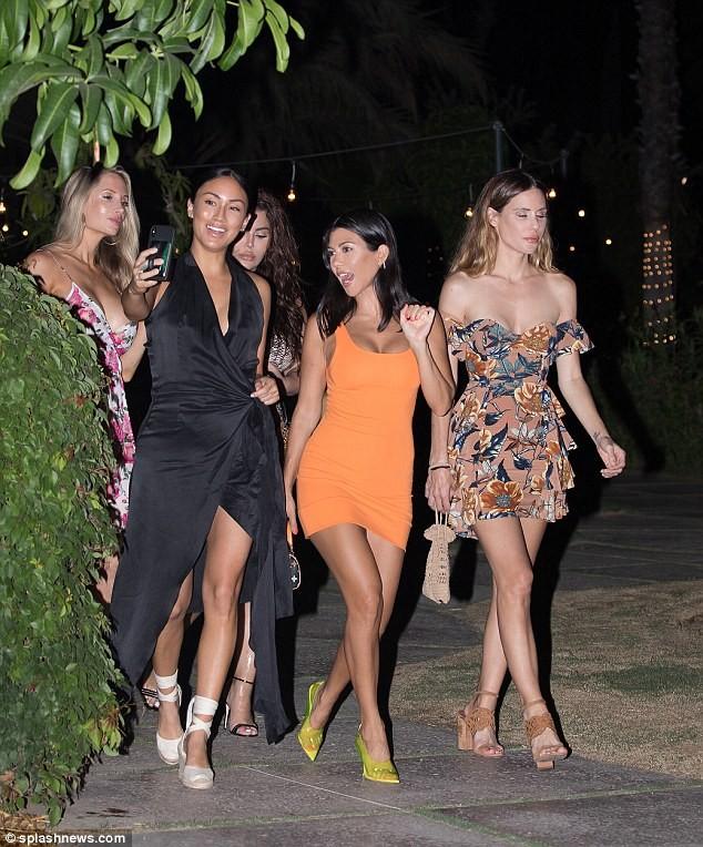 Chị cả nhà Kardashian: 39 tuổi, sinh 3 con vẫn trẻ đẹp hơn các em gái ảnh 4