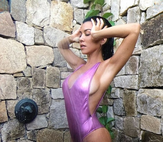 Kourtney Kardashian siêu quyến rũ với áo tắm–váy xuyên thấu 2 trong 1 ảnh 6