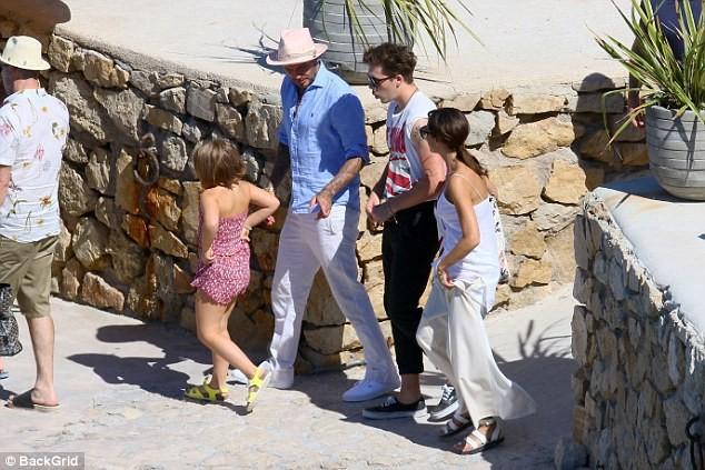 'Công chúa' 7 tuổi nhà Beckham bụ bẫm, tóc ngắn cực dễ thương ảnh 11