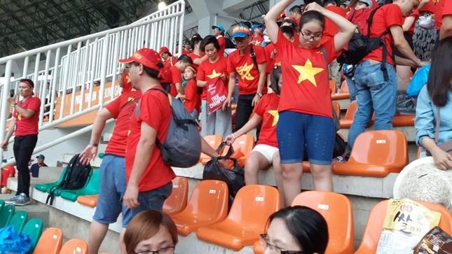 Cổ động viên tiếc nuối khi Việt Nam thua ở loạt penalty ảnh 40