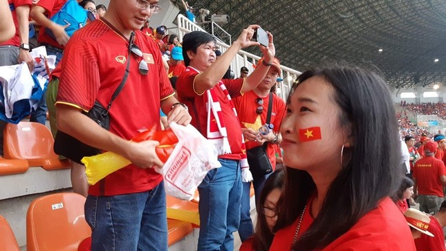 Cổ động viên tiếc nuối khi Việt Nam thua ở loạt penalty ảnh 42