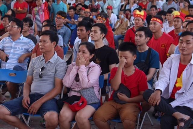 Cổ động viên tiếc nuối khi Việt Nam thua ở loạt penalty ảnh 44
