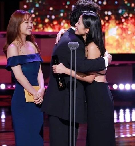 'Chị đẹp' Son Ye Jin 'thắt đáy lưng ong' với đầm yếm hút mắt ảnh 5