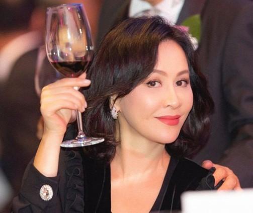 'Nữ hoàng màn ảnh' Hồng Kông Lưu Gia Linh U60 trẻ đẹp rực rỡ ảnh 12