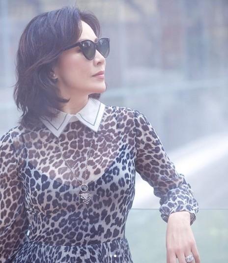 'Nữ hoàng màn ảnh' Hồng Kông Lưu Gia Linh U60 trẻ đẹp rực rỡ ảnh 11