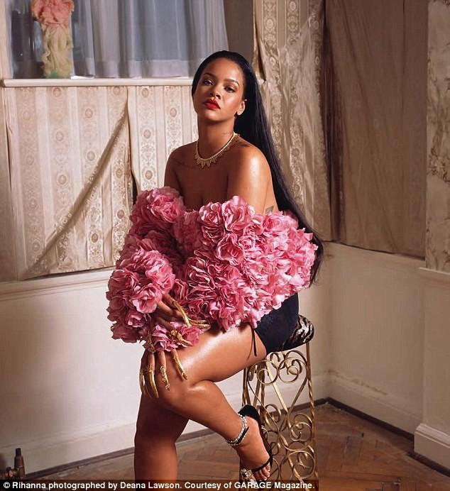 Rihanna gợi tình với áo hoa hồng cúp ngực ảnh 1