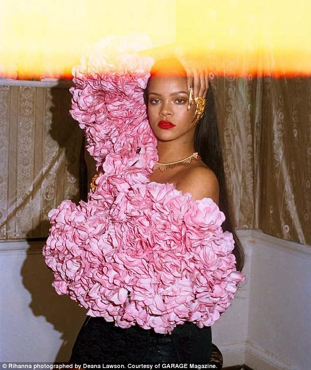 Rihanna gợi tình với áo hoa hồng cúp ngực ảnh 2