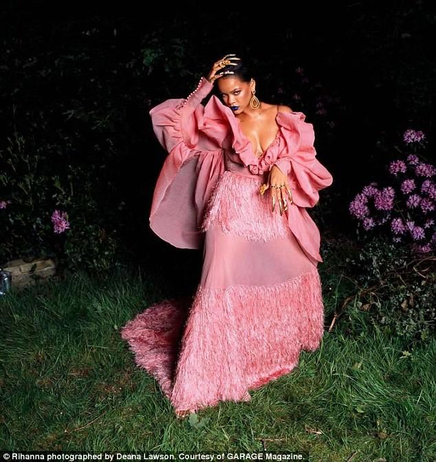 Rihanna gợi tình với áo hoa hồng cúp ngực ảnh 5