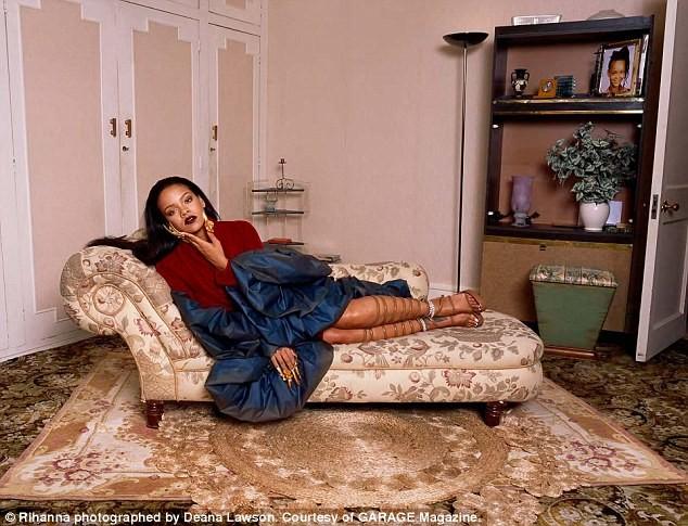 Rihanna gợi tình với áo hoa hồng cúp ngực ảnh 7