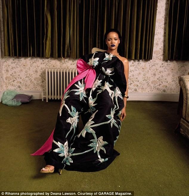 Rihanna gợi tình với áo hoa hồng cúp ngực ảnh 8
