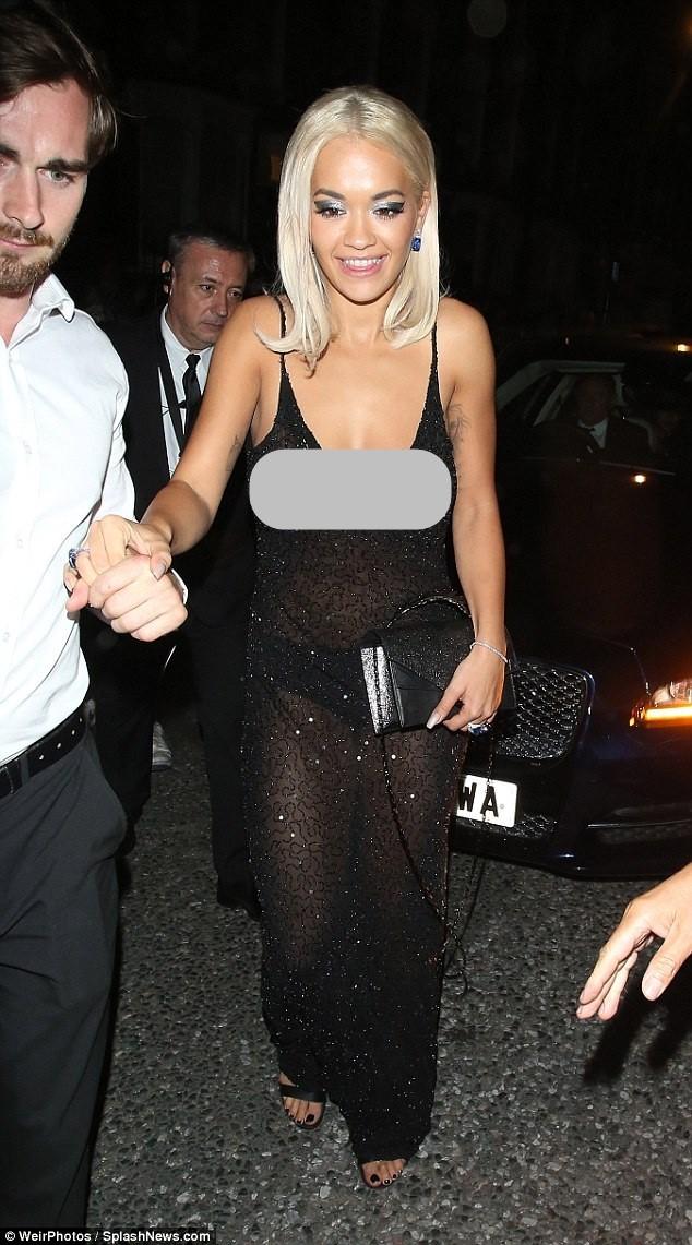 Rita Ora mải giữ váy vì trót mặc xuyên thấu hớ hênh ảnh 6