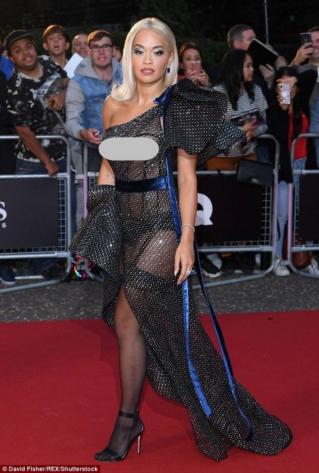 Rita Ora mải giữ váy vì trót mặc xuyên thấu hớ hênh ảnh 8