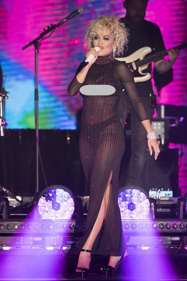 Rita Ora mải giữ váy vì trót mặc xuyên thấu hớ hênh ảnh 12
