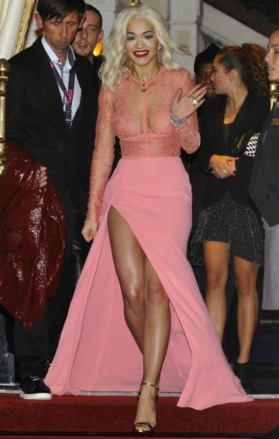 Rita Ora mải giữ váy vì trót mặc xuyên thấu hớ hênh ảnh 10
