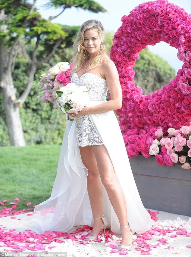 Cô đào 'bốc lửa' Denise Richards trẻ đẹp khi tái hôn ở tuổi 47 ảnh 3