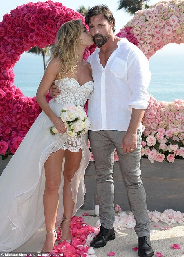 Cô đào 'bốc lửa' Denise Richards trẻ đẹp khi tái hôn ở tuổi 47 ảnh 7