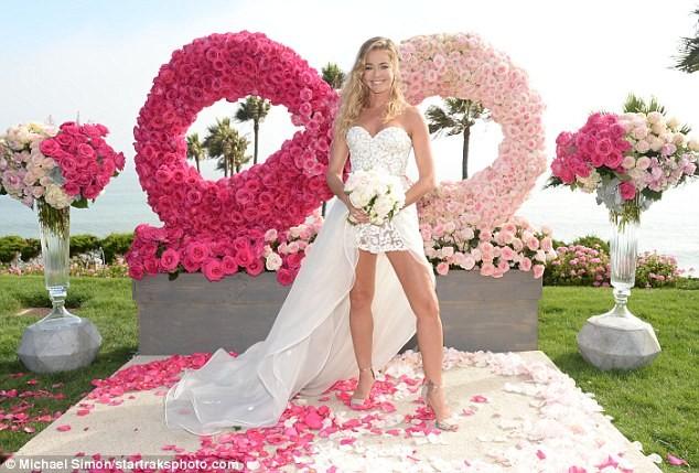 Cô đào 'bốc lửa' Denise Richards trẻ đẹp khi tái hôn ở tuổi 47 ảnh 2