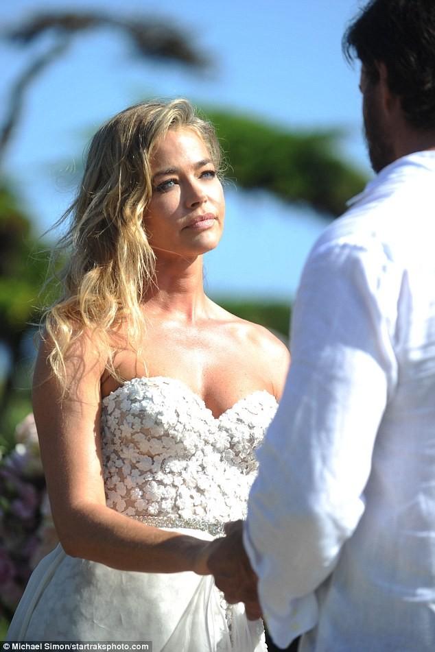 Cô đào 'bốc lửa' Denise Richards trẻ đẹp khi tái hôn ở tuổi 47 ảnh 12