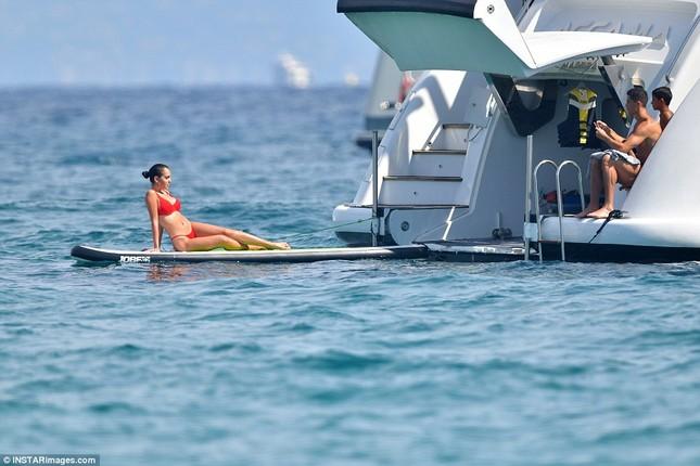 Bạn gái Ronaldo diện bikini thả dáng nuột nà trên biển ảnh 9