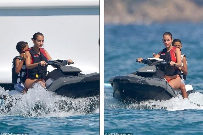 Bạn gái Ronaldo diện bikini thả dáng nuột nà trên biển ảnh 15