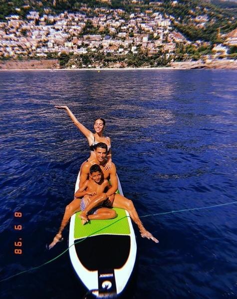 Bạn gái Ronaldo diện bikini thả dáng nuột nà trên biển ảnh 16