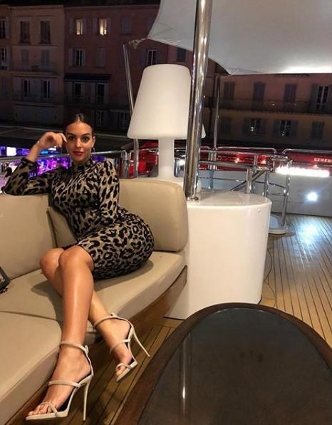 Bạn gái Ronaldo diện bikini thả dáng nuột nà trên biển ảnh 18