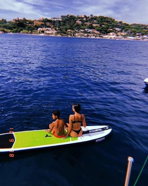 Bạn gái Ronaldo diện bikini thả dáng nuột nà trên biển ảnh 17