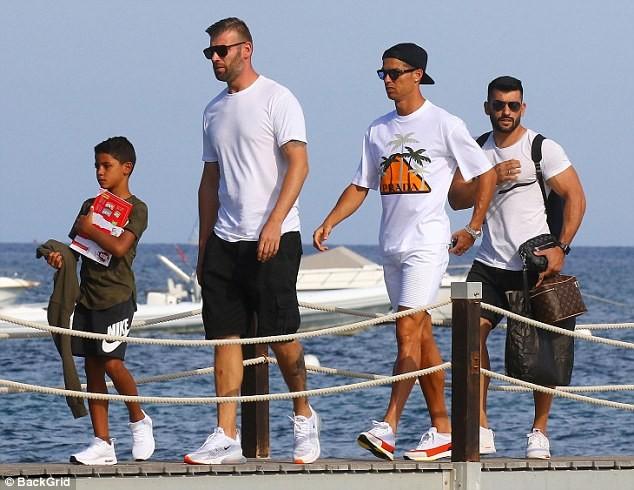 Bạn gái Ronaldo diện bikini thả dáng nuột nà trên biển ảnh 7