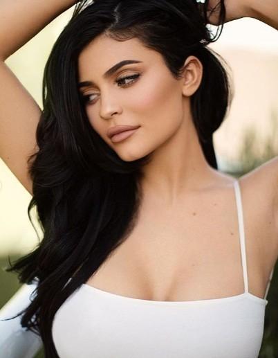 Kylie Jenner tung ảnh áo tắm cực 'hot' với dáng 'đồng hồ cát' ảnh 2