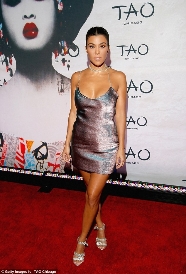 Chị cả nhà Kim Kardashian váy ngắn dáng thon hút mắt ảnh 2