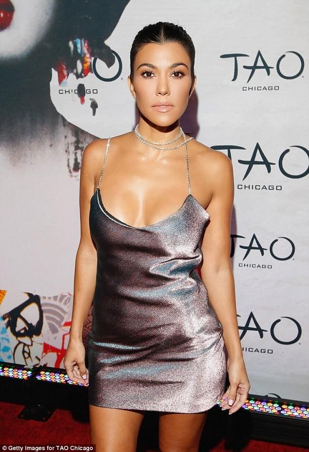 Chị cả nhà Kim Kardashian váy ngắn dáng thon hút mắt ảnh 1