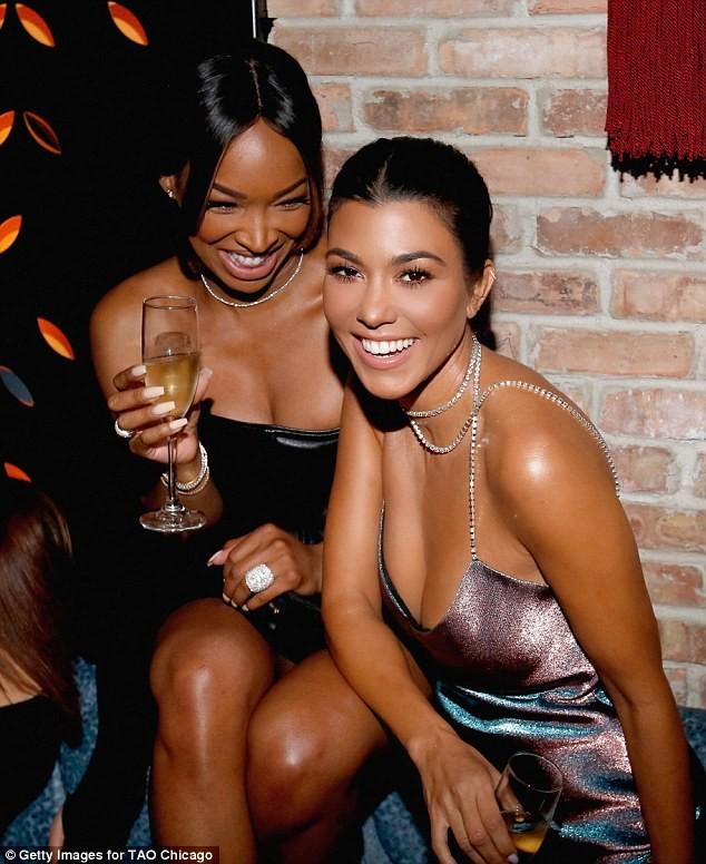 Chị cả nhà Kim Kardashian váy ngắn dáng thon hút mắt ảnh 4