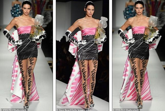 Gigi Hadid hoá cô dâu, Bella lộ ngực, Kendall thả dáng hoàn hảo ảnh 16