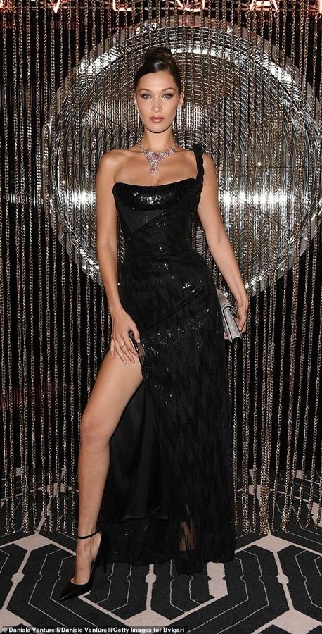 Bella Hadid vô cùng xinh đẹp, quyến rũ với đầm xẻ cao ảnh 4