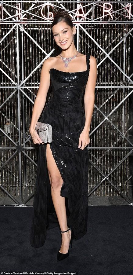 Bella Hadid vô cùng xinh đẹp, quyến rũ với đầm xẻ cao ảnh 2