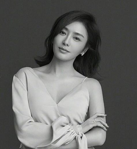 'Phú Sát hoàng hậu' Tần Lam gần tứ tuần vẫn quyến rũ hút mắt ảnh 11