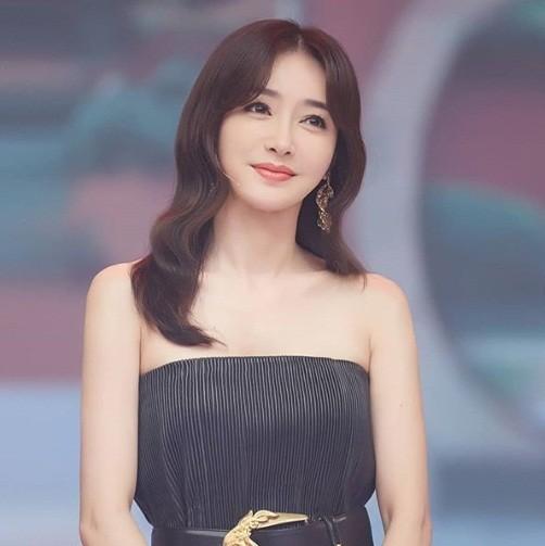 'Phú Sát hoàng hậu' Tần Lam gần tứ tuần vẫn quyến rũ hút mắt ảnh 7