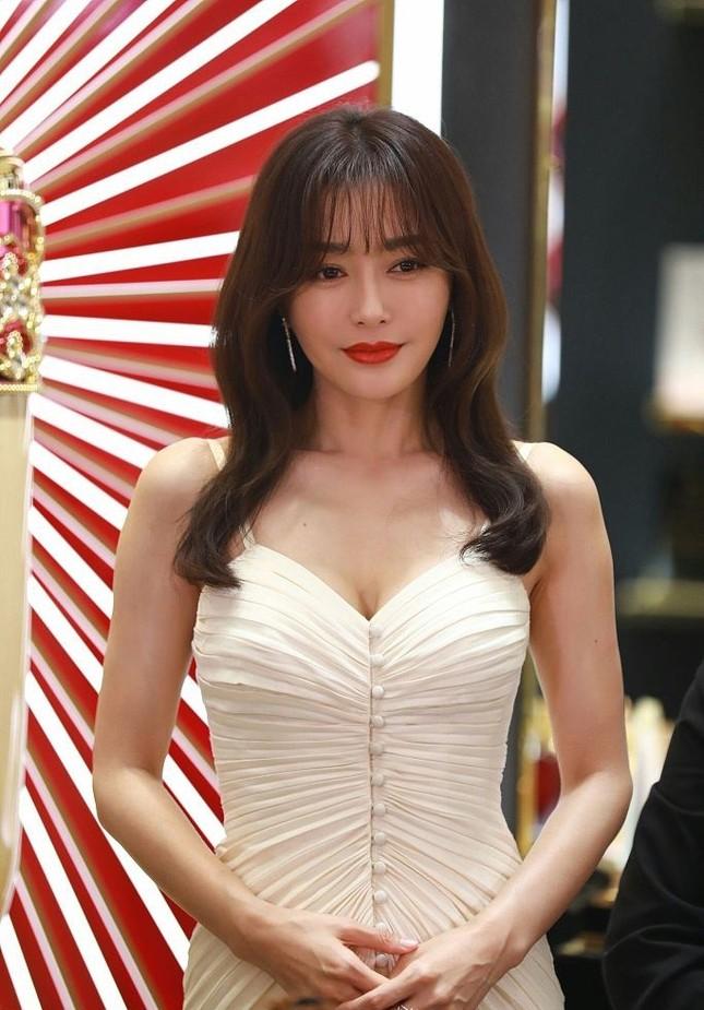 'Phú Sát hoàng hậu' Tần Lam gần tứ tuần vẫn quyến rũ hút mắt ảnh 2