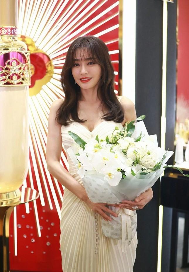 'Phú Sát hoàng hậu' Tần Lam gần tứ tuần vẫn quyến rũ hút mắt ảnh 4