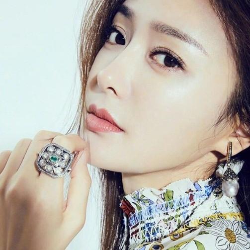 'Phú Sát hoàng hậu' Tần Lam gần tứ tuần vẫn quyến rũ hút mắt ảnh 15